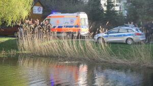 Policja: niania karmiła kaczki. Wózek z dzieckiem wpadł do wody
