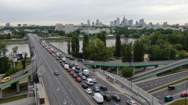 """Kolizja na Trasie Łazienkowskiej. """"Stały na lewym pasie, blokując ruch"""""""