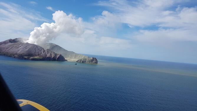 """""""Szokujące doświadczenie"""". Wyspa pokryta jest popiołem, ośmiu osób nadal nie odnaleziono"""