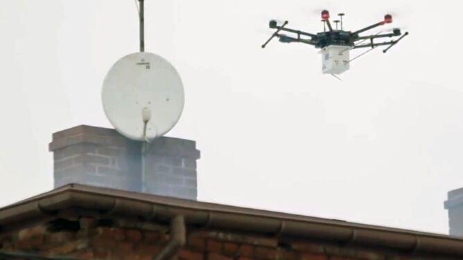 """Dron, który """"wącha"""" kominy. <br />Walka ze smogiem trwa"""