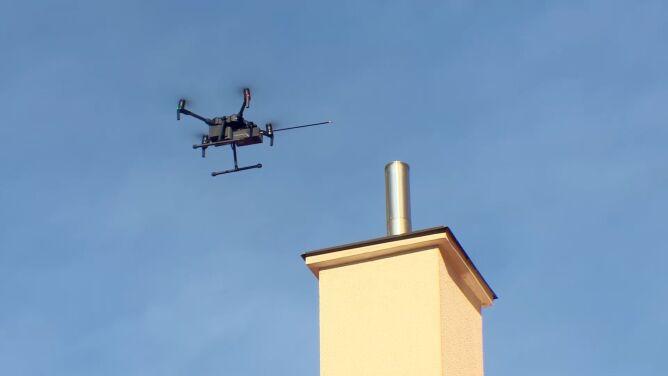Walczą ze smogiem z powietrza. <br />Dron sprawdza, czym palą mieszkańcy