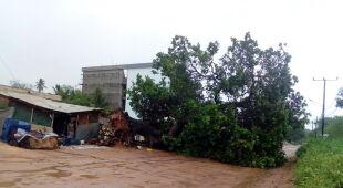Skutki cyklonu Kenneth (PAP/EPA/HANDOUT)